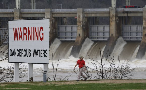 Dams prevent Tennessee River
