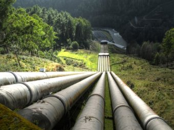 an image of a number of pipelines built on a mountain that pump liquid from a lesser reservoir to a greater reservoir.